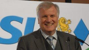 Horst Seehofer vor CSU Logo